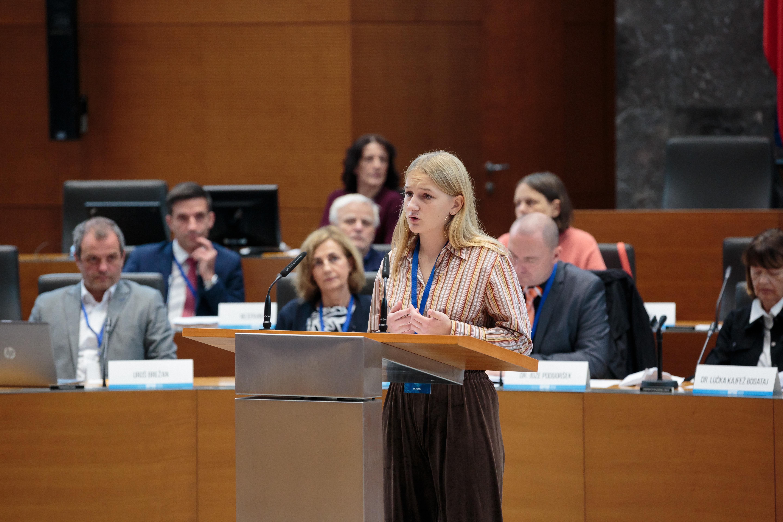 Aja Vrenjak nagovarja državni zbor (fotografija: arhiv DZ RS)